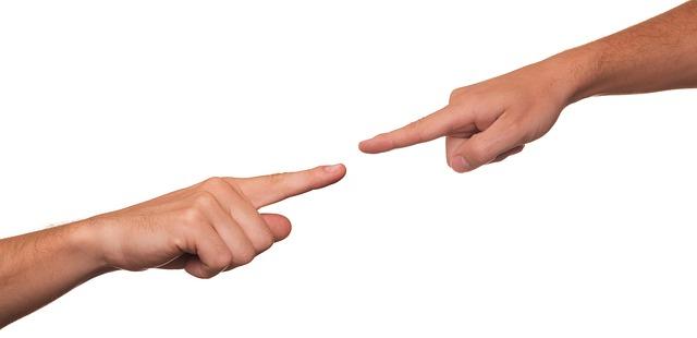 Dłonie z wyciągniętymi palcami