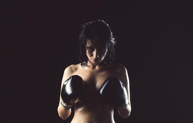 Naga kobieta w rękawicach bokserskich