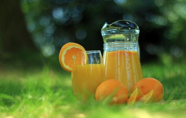 Sok pomarańczowy na trawie
