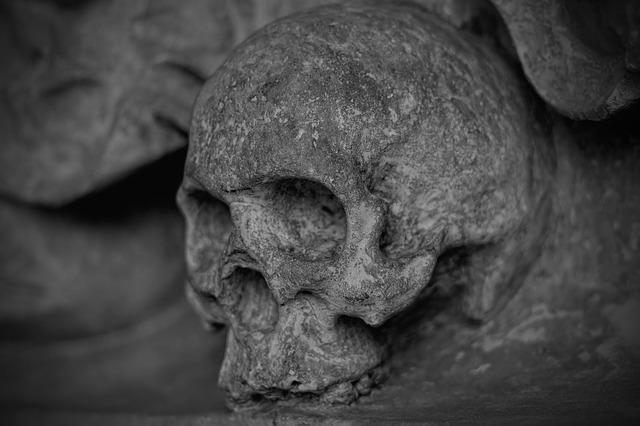 trupia czaszka wykuta w kamieniu