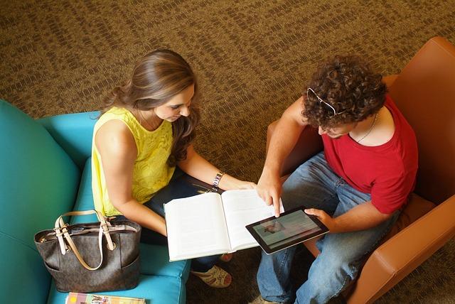 Para studentów uczy się słówek z tableta