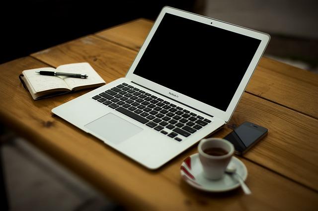 macbook air biurko kawa