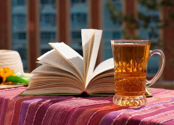 aromatyczna herbata w przezroczystej szklance
