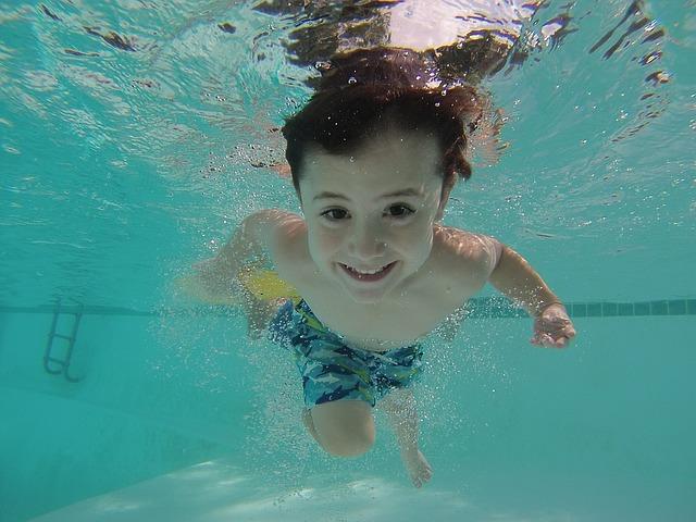 dziecko pod wodą na basenie