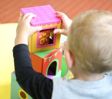 Dziecko bawiące się klockami