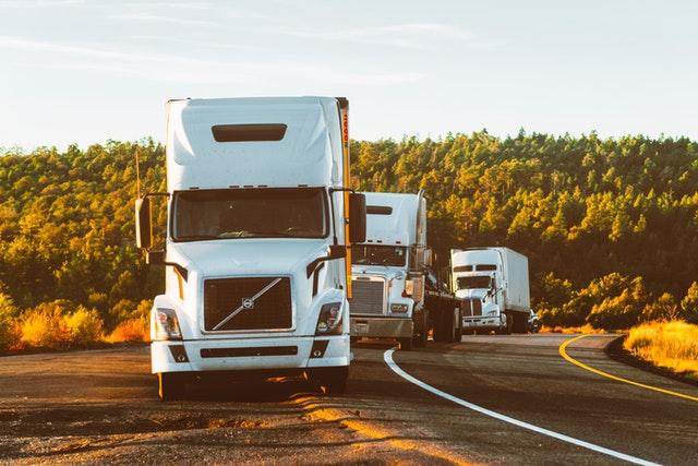 Ciężarówki na drodze
