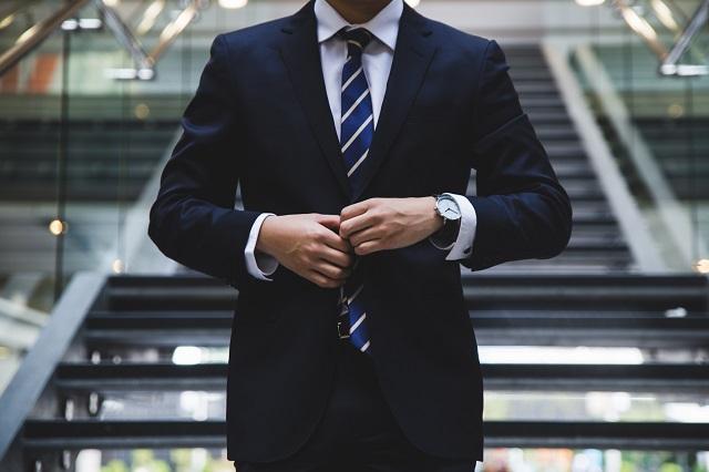 Biznesmen w garniturze