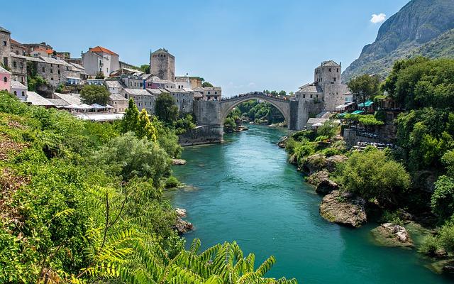 Most nad rzeką