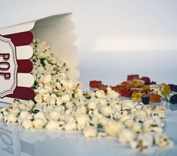 rozsypany popcorn na sobotni film