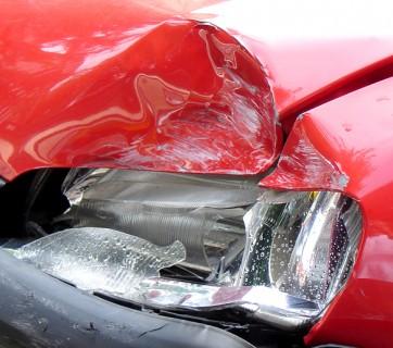 roztrzaskana lampa w samochodzie w czerwonym kolorze
