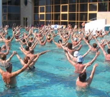 ludzie uprawiający sport w wodzie