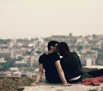 Zakochana para całuje się na dachu w Barcelonie