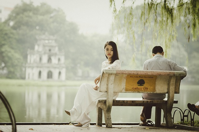 para na ławce nad wodą