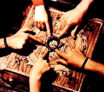 dłonie na tablicy ouija