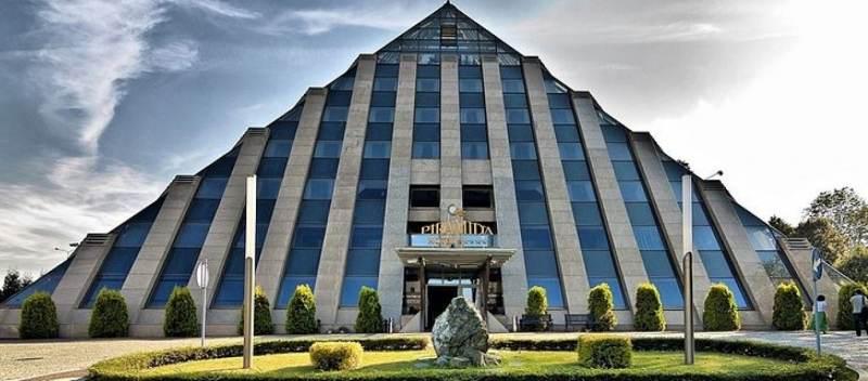hotel w Tychach w kształcie piramidy