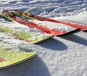 czerwone i żółte narty na śniegu