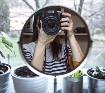 dziewczyna przed lustrem robi selfie