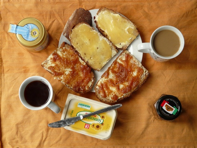 kanapki i kawa z miodem