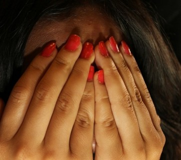 twarz zakryta dłońmi