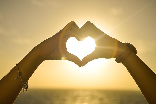 dłonie na kształt serca