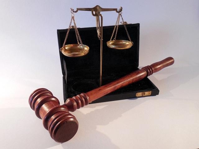 młotek sędziowski i waga