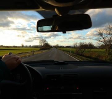 kierowca prowadzi samochód