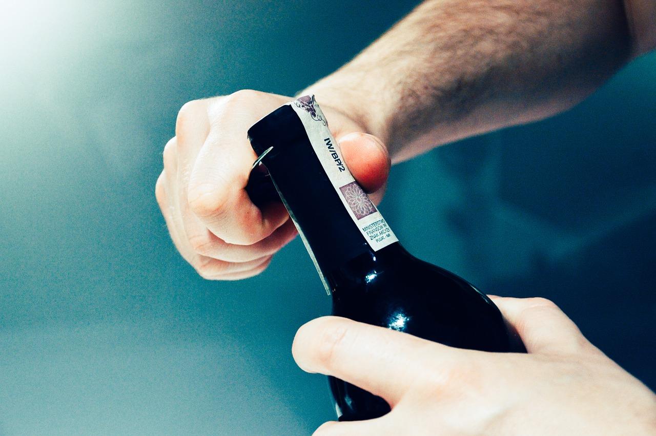 otwieranie wina bez korkociagu