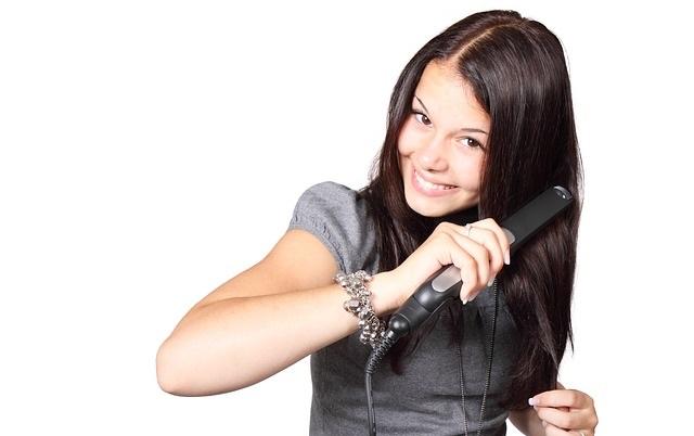 Kobieta prostująca włosy