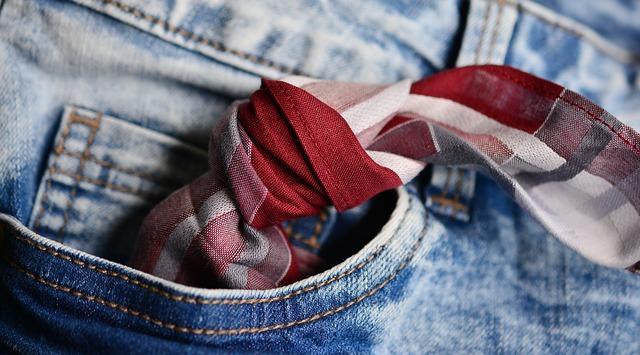 Husteczka z węzłem w kieszeni