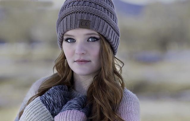 Kobieta w zimowej czapce