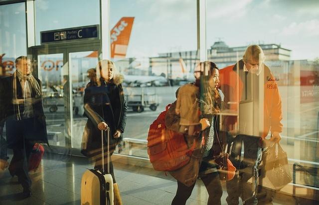 Podróżujący ludzie na lotnisku