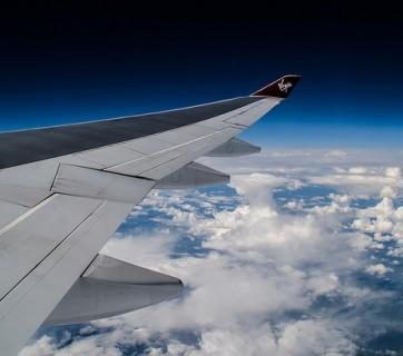 Skrzydło samolotu w trakcie lotu