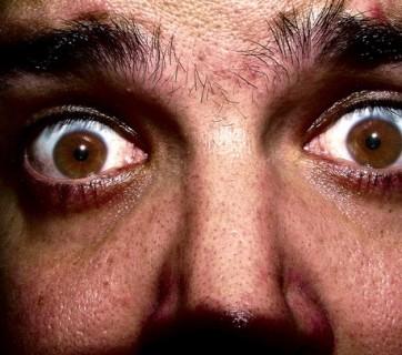 Mężczyzna z przerażeniem w oczach