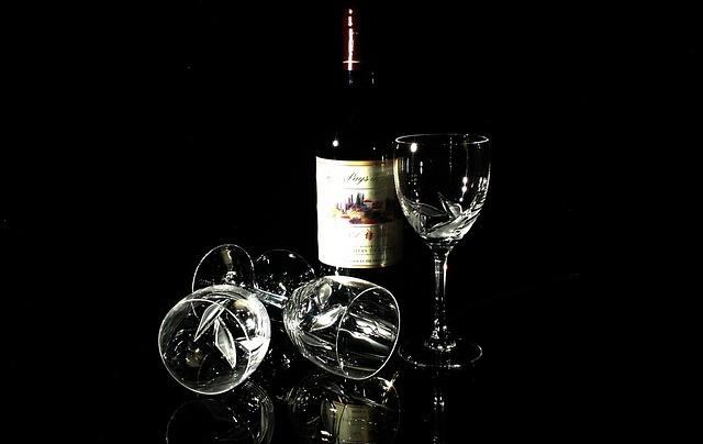 Butelka wina razem z kieliszkami