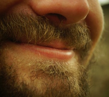 uśmiechnięty brodaty facet