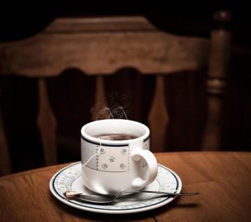 filiżanka z herbatą na stole