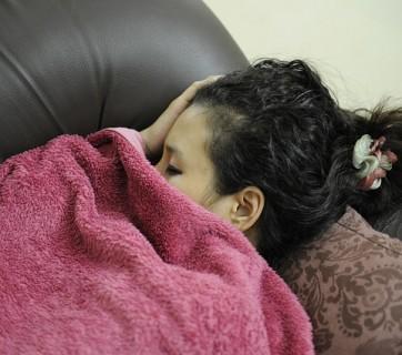 zmęczona kobieta drzemie