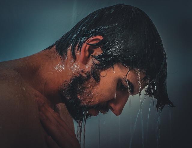 mężczyzna pod prysznicem