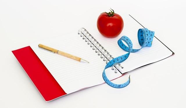 Notes, centymetr i jabłko