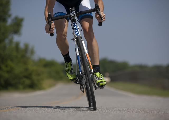 jadący po drodze rowerzysta