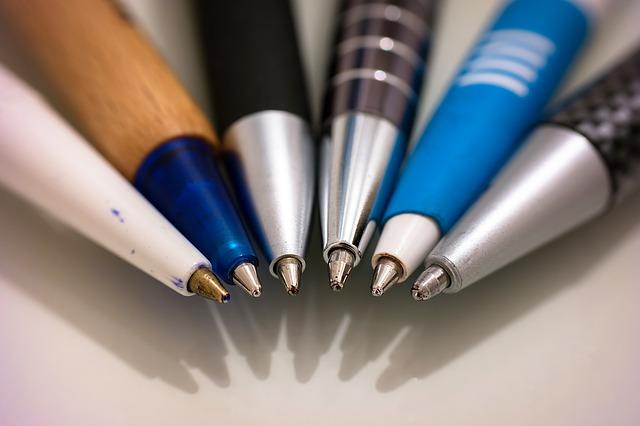 sześć różnorakich długopisów