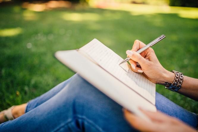 kobieta zapisująca coś w notatniku