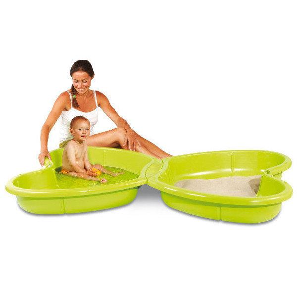 mama bawiąca się z dzieckiem w piaskownicy