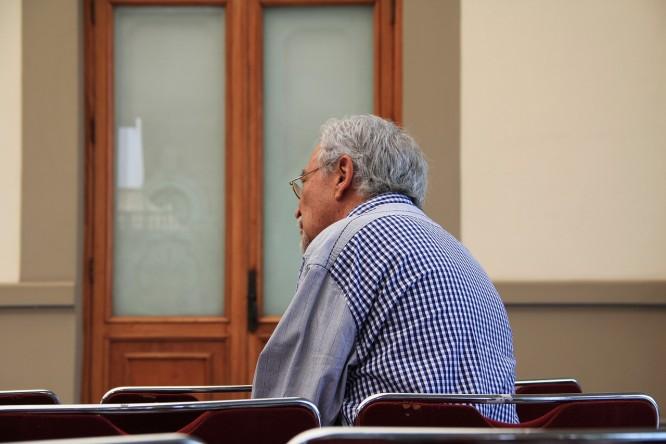 starszy pan słuchający wykładu