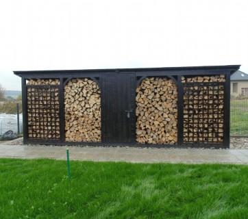 azurowa-drewutnia-w-ogrodzie