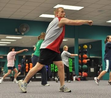 Zajęcia fitness na sali gimnastycznej