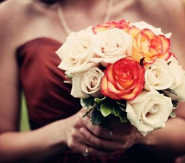 kwiaty w dłoniach kobiety