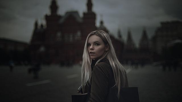Dziewczyna spacerująca po mieście