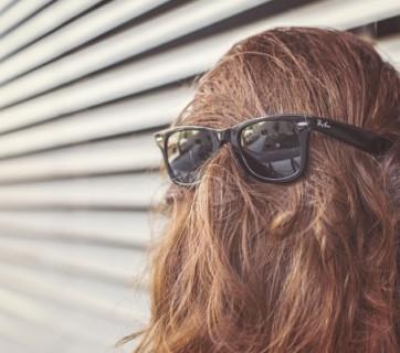 Twarz zasłonięta włosami i okularami