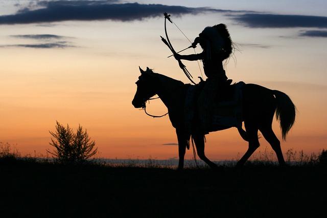 Indianin z łukiem na koniu